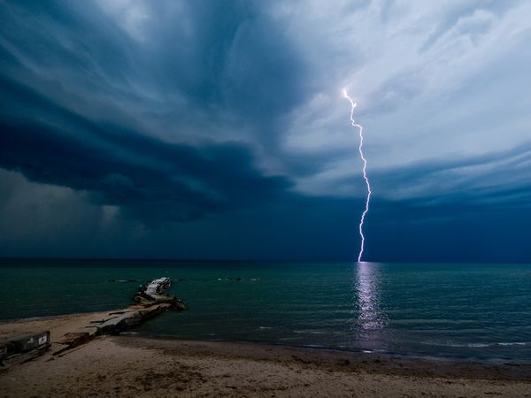 lightning-beach-larkin_3694_600x450