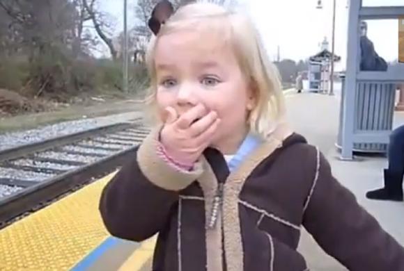 video-reactia-de-uimire-a-unei-fetite-cand-a-vazut-trenul-pentru-prima-data-1360225885