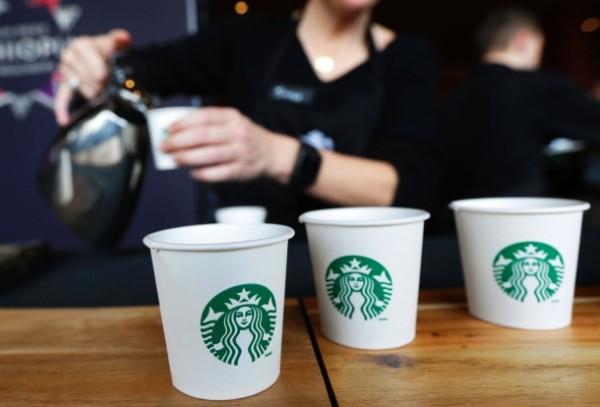 kaffeebecher-bei-starbucks