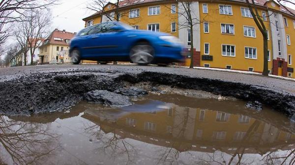 Der-Bedarf-an-Investitionen-in-die-Infrastruktur-zum-Beispiel-kaputte-Strassen-ist-gross