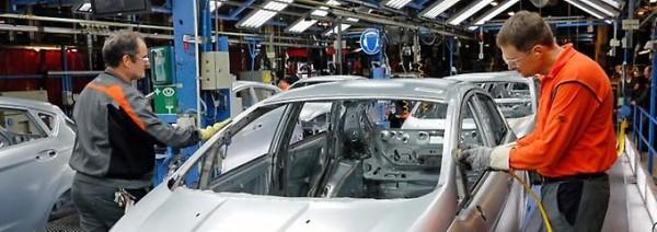Handarbeit-bei-Ford-Mitarbeiter-werden-immer-seltener-in-der-Produktion-gebraucht-doch-bei-manchen-Arbeitsschritten-sind-Menschen-unverzichtbar