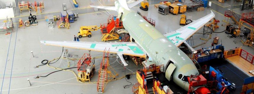 Fachkräfte arbeiten am Mittwoch (23.02.2011) im Airbuswerk Finkenwerder in Hamburg an Flugzeugen der A320-Familie. Beim Spitzengespräch der Bundesregierung zur künftigen Aktionärsstruktur beim europäischen Luftfahrt- und Rüstungskonzern EADS, zu dem auch Airbus gehört, sind keine Entscheidungen getroffen worden. Damit zeichnet sich ab, dass der Autokonzern Daimler kurzfristig keine EADS-Anteile abgeben will. Foto: Maurizio Gambarini dpa/lno +++(c) dpa - Bildfunk+++