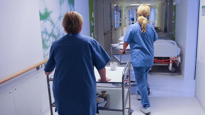 Mitarbeiter-im-Krankenhaus-haben-viel-zu-tun