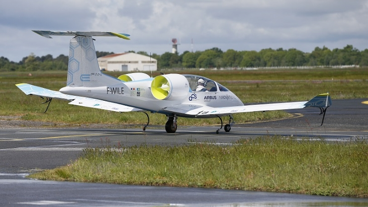 471602-airbus-e-fan-electric-airplane