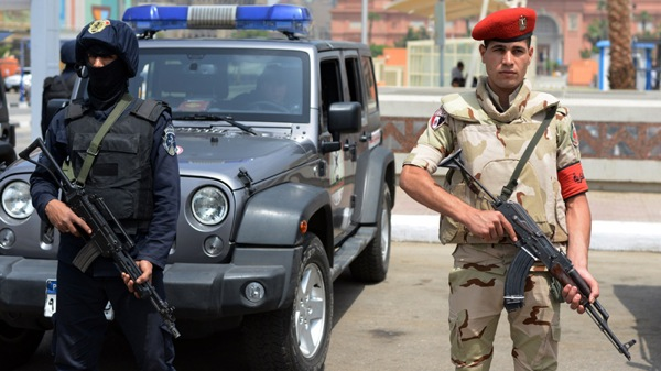 A member of the Egyptian special forces (L) and a soldier stand guard outside the Arab League headquarters in Cairo, on April 22, 2015, as Army chiefs from Arab League nations meet in the Egyptian capital to start work on the establishment of a region-wide military force aimed at combating jihadists including the Islamic State group. The regional bloc agreed in March to set up the force, with member states given four months to hammer out the details over its composition and precise rules of engagement. AFP PHOTO / MOHAMED EL-SHAHED (Photo credit should read MOHAMED EL-SHAHED/AFP/Getty Images)