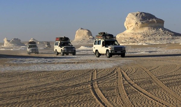 """Four-wheel drive cars cross the sand dunes in the Egyptian western desert and the Bahariya Oasis, southwest of Cairo in picture taken May 15, 2015. Egyptian security forces killed 12 Mexicans and Egyptians and injured 10 """"by accident"""" on Monday, mistaking a tourist convoy for militants they were chasing in the country's western desert, the ministry of interior said. Picture taken May 15, 2015. REUTERS/Amr Abdallah Dalsh"""