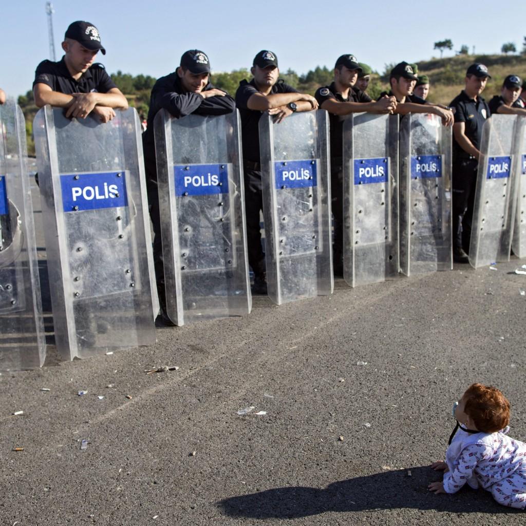 Un-copilas-sirian-in-fata-cordonului-de-politie-in-Turcia.-Sute-de-refugiati-blocati-la-granita-cu-Grecia-1024x1024