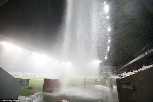 2D0DD5AB00000578-3259269-Downpour_A_football_match_between_Nice_and_Nantes_at_the_Allianz-a-71_1443955238487