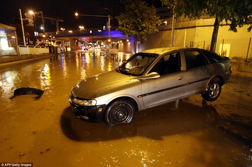 2D10EDCB00000578-3259269-Extreme_weather_Cars_are_seen_on_a_flooded_street_in_Nice_in_the-a-74_1443955238493