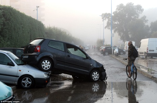 2D11014900000578-3259269-Horrified_A_cyclist_looks_at_damaged_cars_in_a_car_park_after_vi-a-81_1443955238566