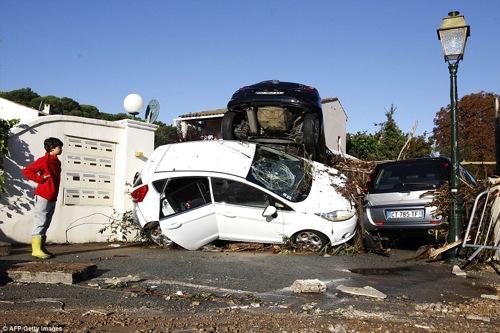 2D114D5700000578-3259269-Utter_destruction_Hundreds_of_cars_were_sent_crashing_into_one_a-a-76_1443955238496