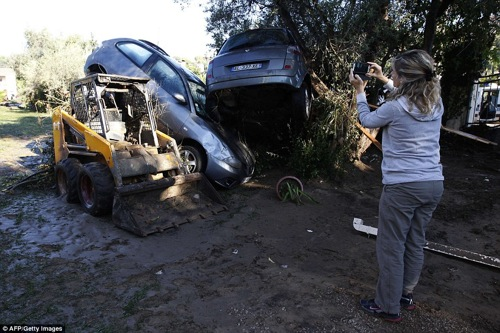 2D1150E700000578-3259269-Pancaked_Disturbing_images_of_the_aftermath_show_cars_piled_on_t-a-82_1443955238604
