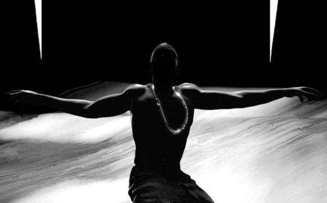 Kanye-West---Black-Skinhead-show-alb-negru-la-televiziunea-franceza-video