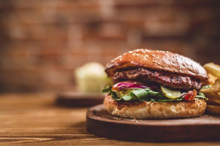burger-wooden-board