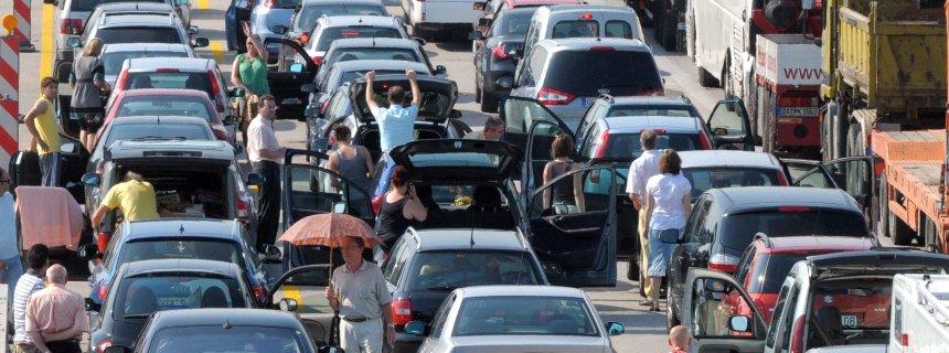 Autofahrer stehen am Donnerstag (20.08.2009) auf der Autobahn A5 Frankfurt - Darmstadt bei Gräfenhausen nach einem Lkw-Unfall im Baustellenbereich im Stau. Wegen der Bergungsarbeiten musste die Fahrbahn mehrere Stunden gesperrt werden. Bei den hohen Temperaturen griff so mancher Autofahrer zum Schirm als Sonnenschutz. Foto: Jürgen Mahnke dpa/lhe +++(c) dpa - Bildfunk+++