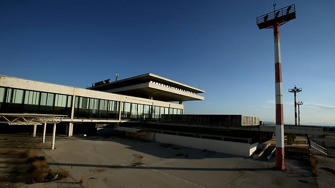 der-geisterflughafen-in-athen-steht-mittlerweile-seit-15-jahren-leer-und-darf-jetzt-fuer-900-millionen-euro-privatisiert-werden