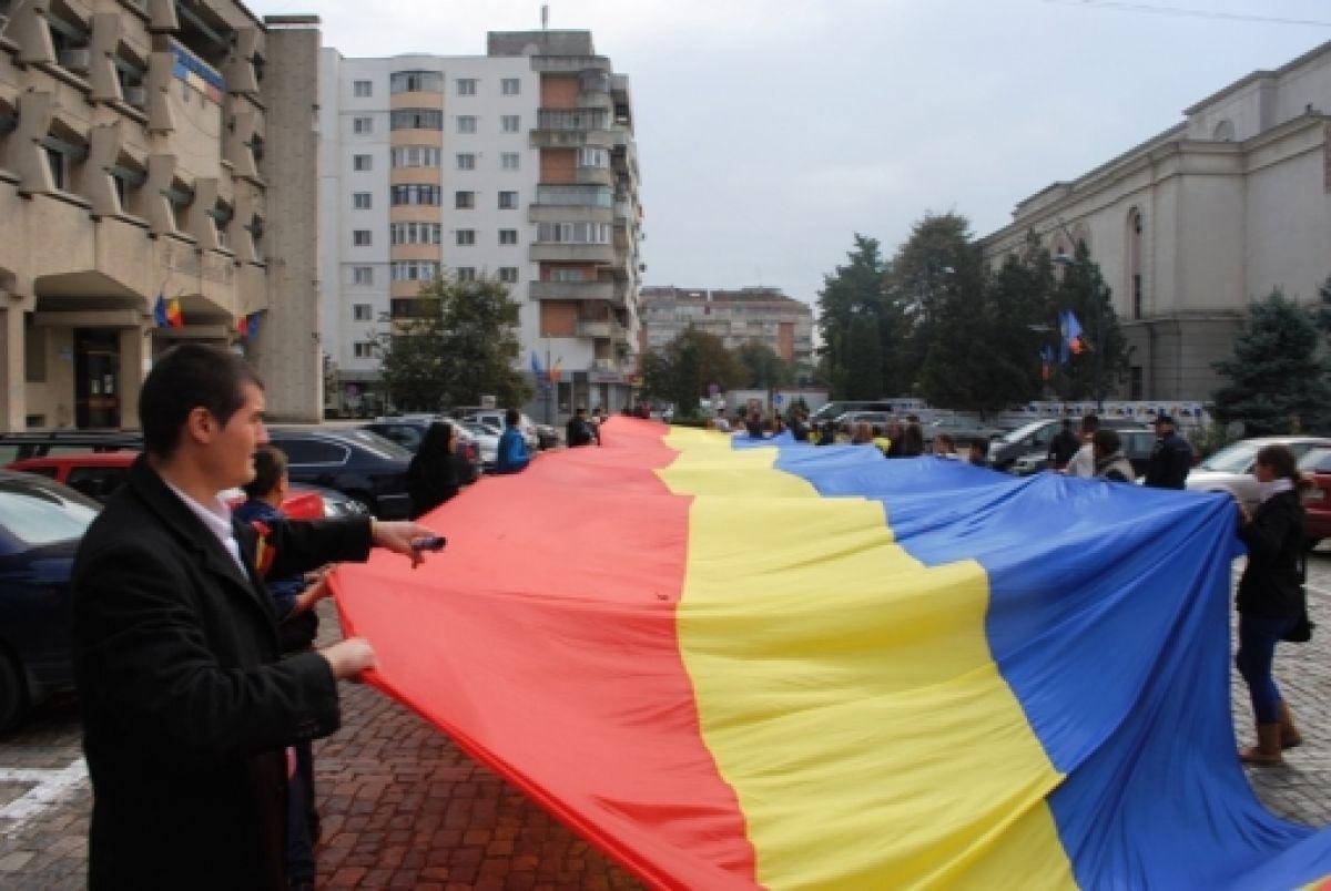 1-cel-mai-mare-tricolor-din-istoria-judetului-purtat-pe-brate-prin-botosani-basarabia-e-romania-galerie-foto
