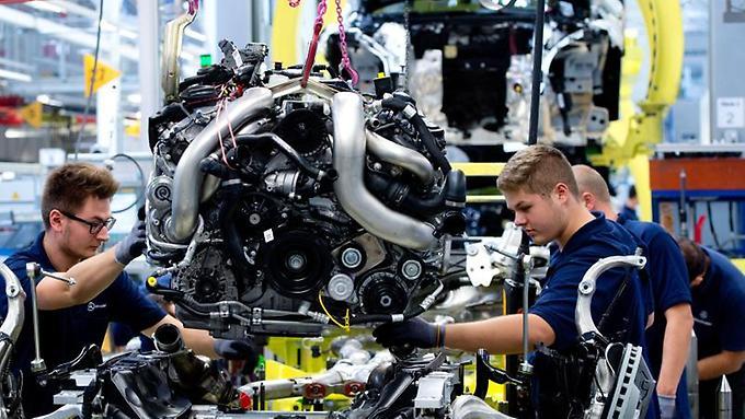im-mercedes-benz-werk-in-sindelfingen-heben-arbeiter-einen-motor-der-s-klasse-auf-den-antriebsstrang-zuletzt-hat-auch-daimler-das-baukastenfieber-gepackt