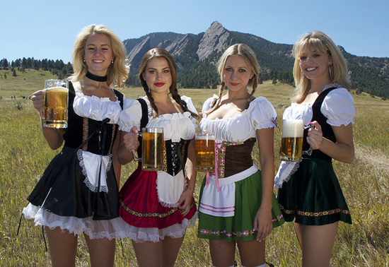 oktoberfest-girls-dirndl-beer-05