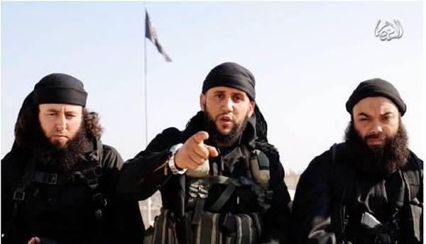 In un video diffuso sui social network nella giornata di ieri, un gruppo di jihadisti tunisini rivendica l'assassinio di Chokri Belaid e Mohamed Brahmi, i due deputati dell'opposizione uccisi nel 2013, e indirizza un massaggio di minaccia ai tunisini. In questo filmato, si possono vedere quattro uomini con la barba lunga, in tenuta da combattimento ed armi in mano, tra essi Abou Bakr Al Hakim, terrorista ricercato da mesi proprio per il suo coinvolgimento negli omicidi di Chokri Belad e Mohamed Brahmi. ANSA/YOUTUBE ++ NO SALES, EDITORIAL USE ONLY ++