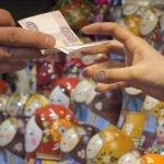 Rubla rusească se devalorizează şi mai mult, în ciuda creşterii cu 17% a ratei dobânzi