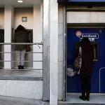 Grecii își prădează conturile