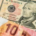 Euro atinge un minim de 12 ani faţă de dolar