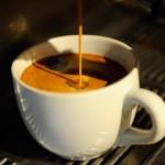 Patru cești de cafea pe zi reduc riscul de cancer de colon cu 42%