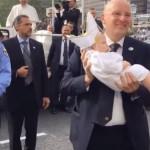 Papa Francisc, fermecat la Philadelphia de un bebeluş costumat în haine papale