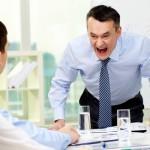 Patru semne că şeful este mai ''dăunător'' ca ţigările