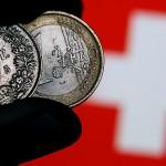 Francul scade la minimul anual față de euro