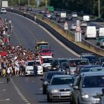 Solutie germana pentru refugiati, ca tot scade pretul petrolului: taxa europeana pe benzina