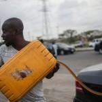 Nigeria creste prețul combustibilului în încercarea de a ușura deficitul