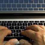 Un hacker fură date ale utilizatorilor