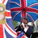Britanicii schimbă lire pentru euro sau dolari
