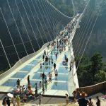 Turismul infiorator al anului: cel mai înalt şi lung pod de sticlă din lume s-a deschis vizitatorilor in China (video si foto)