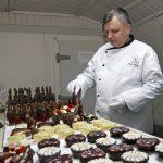 Moş Crăciun de ciocolată este împodobit cu aur de 22 de karate şi cristale Swarovski la o fabrică din Sibiu