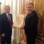 """Cu umilinta si lipsa de demnitate, Dodon prezintă la Moscova o hartă dăruită de Putin: """"Jumătate din România este Moldova istorică"""""""