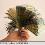 Eliminarea plafoanelor pentru pensie și sănătate ar putea determina românii detașați în străinătate să plătească acolo contribuții