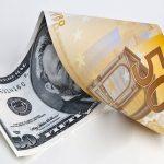 Leul scade luni în raport cu moneda europeană, dar crește față de dolar