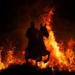 Tradiție rezervată doar curajoșilor: spaniolii sar cu caii în foc pentru purificare-video