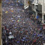 INCREDIBIL TOTUSI: 160.000 de persoane au manifestat la Bercelona pentru primirea refugiaților