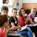 Granturi între 1.500-3.500 € pentru ca elevii să nu plece la facultăţi străine