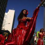 """Vineri se dă startul Carnavalului de la Rio, autointitulat """"cel mai mare spectacol de pe Terra"""", în acest an are rolul de a-i face pe oameni să uite de criză"""