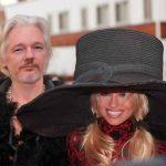 Pamela Anderson ar avea o relație de cuplu cu Julian Assange