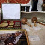 Vânzări de peste 23.000 de euro la licitația de obiecte care i-au aparținut lui Corneliu Vadim Tudor