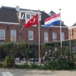 Steagul olandez de la ambasada Olandei înlocuit de manifestanți cu cel turcesc