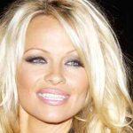 Pamela Anderson lasă să plutească misterul asupra unei eventuale relații romantice cu Julian Assange