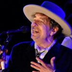 Bob Dylan a primit până la urmă, sâmbătă la Stockholm, premiul Nobel pentru Literatură