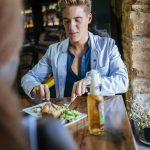Oamenii mănâncă diferit când au parteneri atrăgători la masă